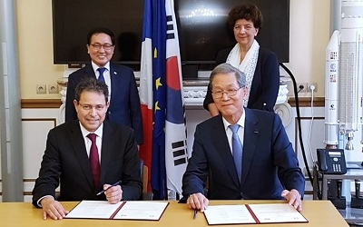President Doh-Yeon Kim signs the first multilateral MOU of K-STAR